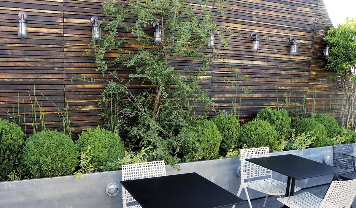 Aménagement extérieur et terrasse bois en châtaignier et bois locaux.